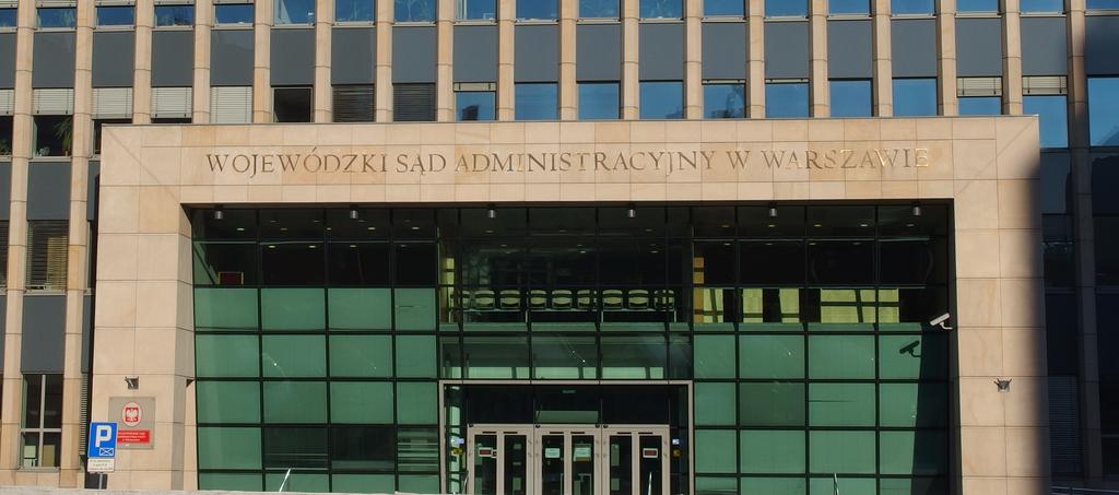 Wejście główne do budynku Sądu. Szerokie schody. Z prawej strony pochylnia.  Uwaga! Automatyczne drzwi wejściowe otwierają  się na zewnątrz.