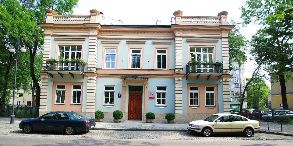 Budynek Wydziału Zamiejscowego w Radomiu. Wejście bez dodatkowych barier architektonicznych. Uwaga! Automatyczne drzwi otwierają się na zewnątrz.