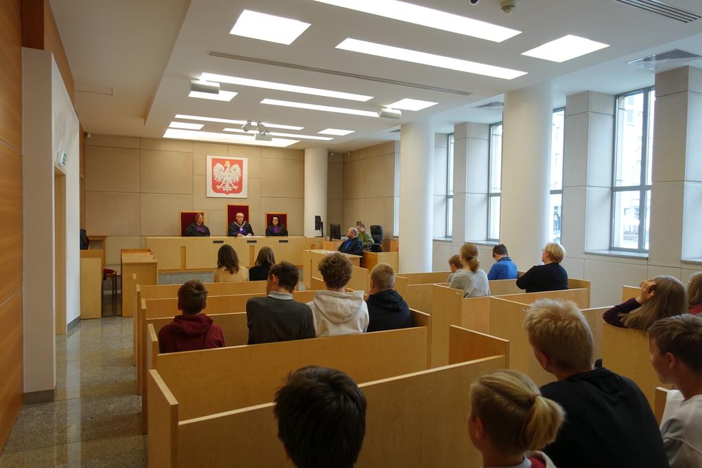 Zdjęcie przedstawia salę rozpraw wraz uczestnikami inscenizacji mającej na celu przybliżenie realiów postepowania sądowo-administracyjnego.