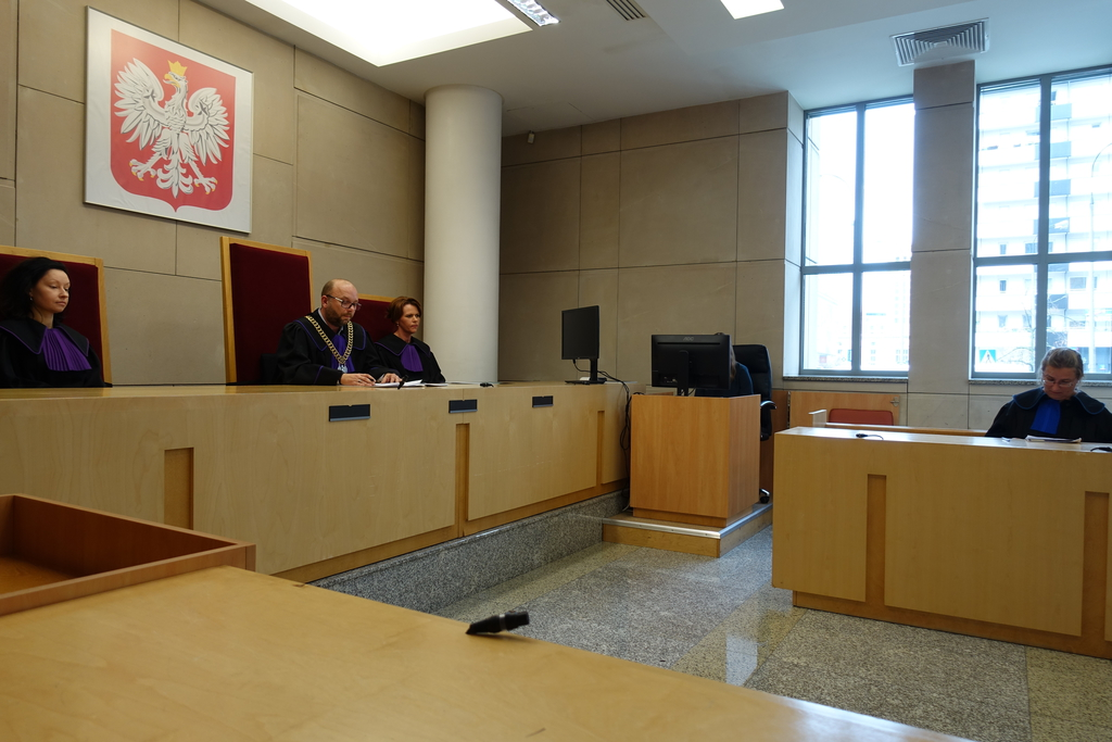 Zdjęcie przedstawia salę rozpraw w Wojewódzkim Sądzie Administracyjnym w Warszawie. Z lewej strony skład orzekający.