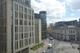 Widok na plac i zespół budynków sądownictwa administracyjnego. Na pierwszym planie po lewej Naczelny Sąd Administracyjny. W głębi za NSA budynek w jasnej tonacji to WSA w Warszawie.