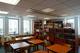 Jasna 2/4, I piętro. Czytelnia biblioteki WSA w Warszawie. Widoczne są stoliki dla czytelników, a wgłębi regały z książkami.